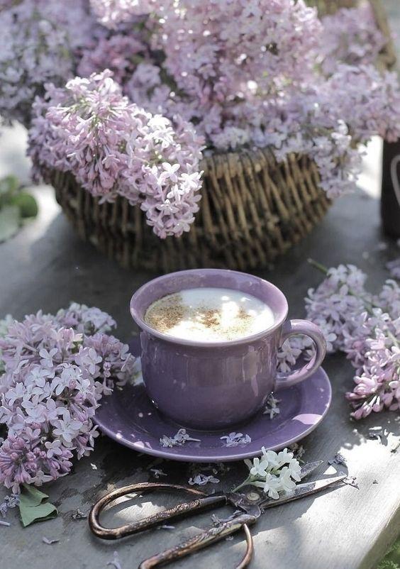 Tasse de latte aux fleurs de printemps