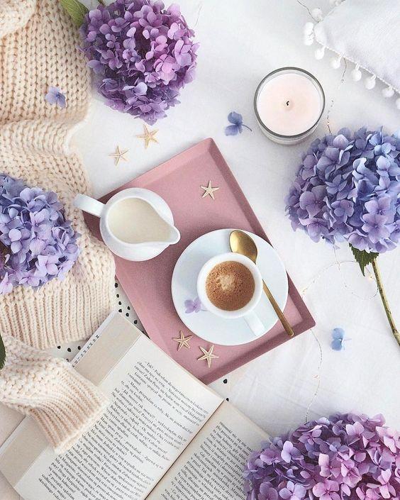 Livre, café et hortensias