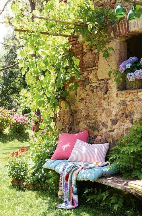 Coin cosy sur le mur d'une maison en pierre au printemps