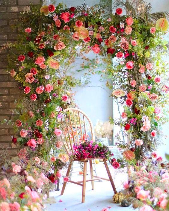 Chaise et arche fleurie au printemps