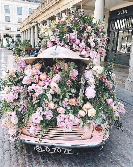 Voiture rose et coffre fleuri
